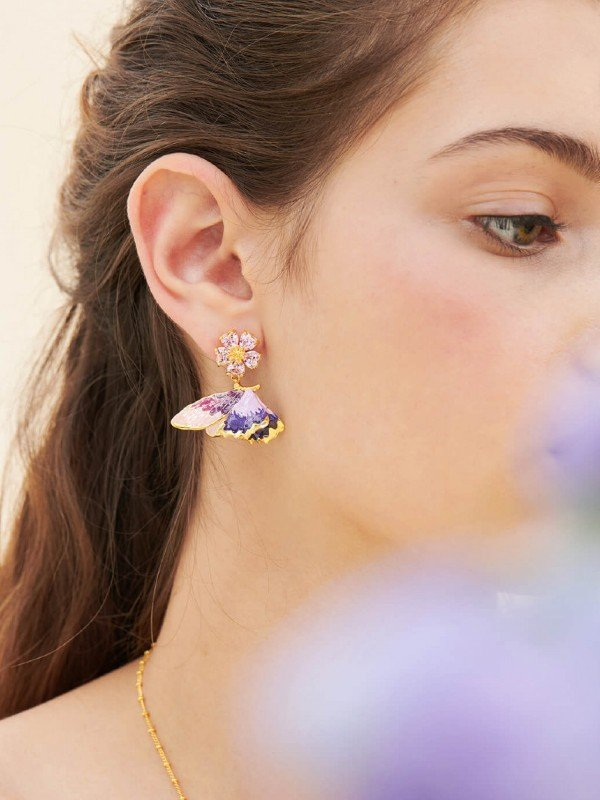 The Hanami, Heart Flowers collection offers this pair of post earrings and its multicoloured Terinos butterfly suspended from faceted heart-shaped petals. The coloured outer wings are hand-painted, they contrast with the gold on the back.