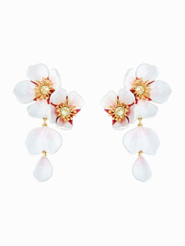 This designer piece and its cherry blossoms bring you to the world of La Maison Les Néréides. A pair of post earrings to pair with costume jewellery from the Hanami collection, In the Breeze, a hand-enamelled floral set, with daffodil-coloured faceted crystal and enclosed by golden pistils.