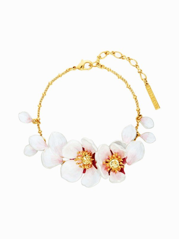 Spring symbol par excellence, the cherry blossom is part of the Hanami collection of La Maison Les Néréides and offers a thin bracelet with open cherry blossoms and moving petals. You can combine it as a set with the matching earrings.