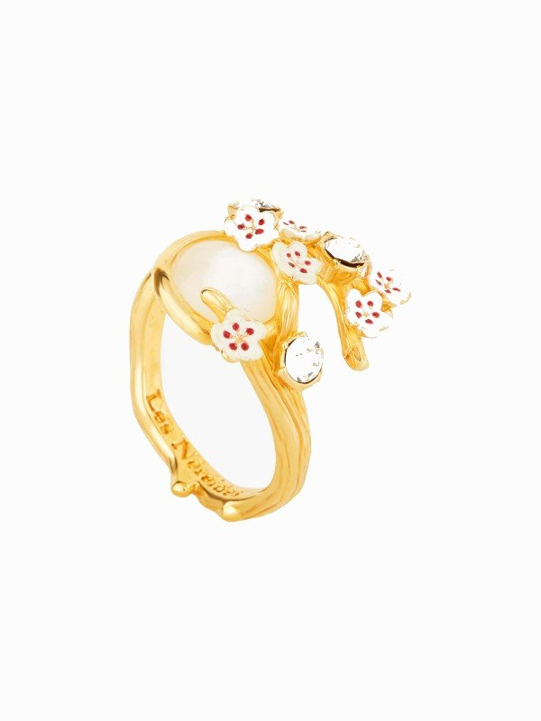This adjustable ring from the Hanami, Moonlight collection is composed of a gold ring forming textured cherry branches with a mother-of-pearl cabochon representing moonlight. A floral costume jewellery piece that will match perfectly with earrings of the same set.