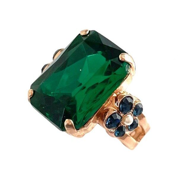 Exquisite emerald green crystal cut as a rectangle, features as the centrepiece of this ring. Mariana has a flower setting on either side trimmed in navy crystals with a white faux seed pearl. Adjustable band, rose gold plating.