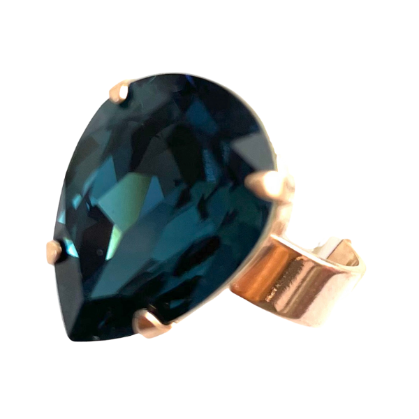 Dress ring with stunning teardrop shaped crystal in mysterious dark blue. Set on a rose gold adjustable band.
